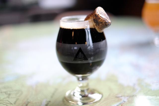 写真は黒ビールに焼マシュマロをトッピングした、その名も「サムズモア・ビール」。