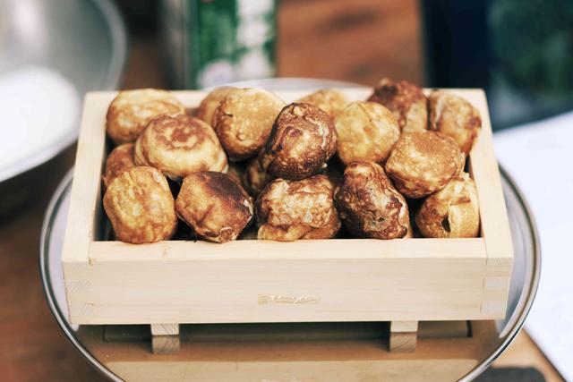デンマーク の伝統料理「エイブルスキーバー」は、 たこ焼きのような形状で、ジャムや 粉砂糖をかけて食べるのだ。