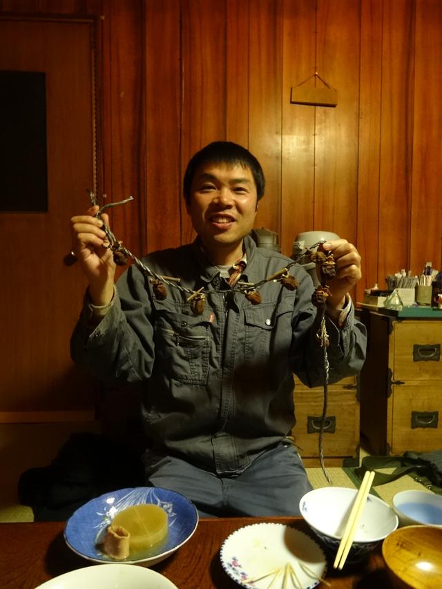 コチラがオーナーの斉藤さん。お手製の干し柿を手に