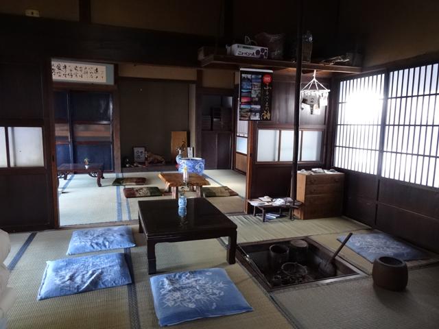 囲炉裏がある共有スペース。カフェやイベントが開かれるコトも