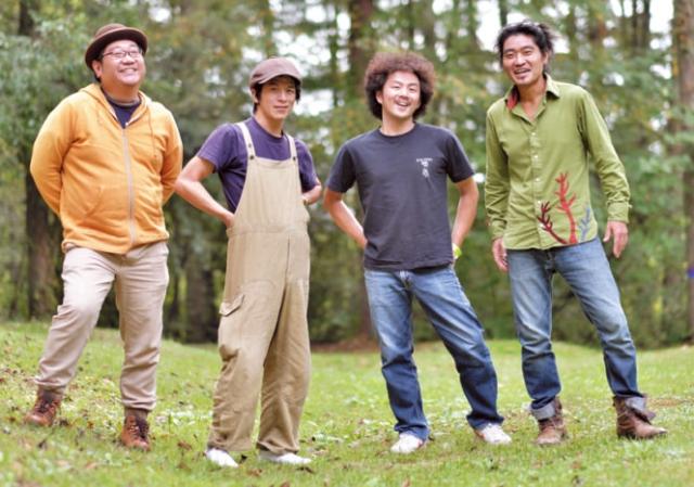 (左から) アンドウケンジロウさん (クラリネット+サックス) ワダマコトさん(ギター・ボーカル) 田名網ダイスケさん(ベース) 辻コースケさん (パーカッション+ドラム)