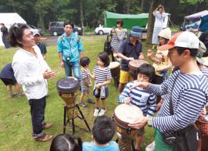 2日目の朝、太鼓ワークショップを開催。子供たちから大人気に。