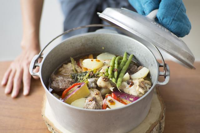 相性抜群のタジン鍋。根菜類(ニンジン、ジャガイモ、サツマイモなど)を縦長にカットし、肉を入れたあとティピー状に組み、オリーブオイルと水を足して煮込む。味付けはアリッサのみ。