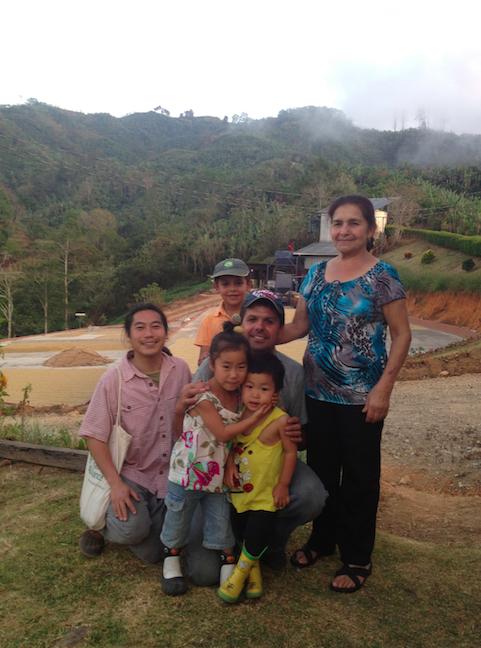 コスタリカのコーヒー農園の家族と。