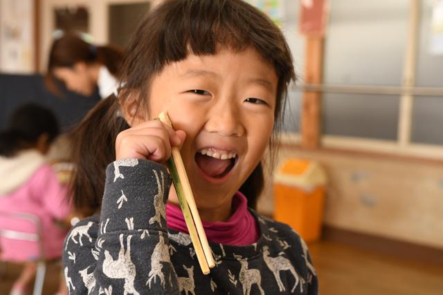 完成品を店に来た女の子。「OK!とってもよく出来たね」の言葉に満面の笑み。