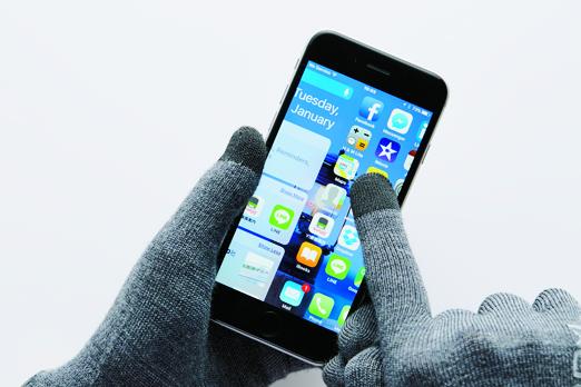 親指、人差し指、中指は タッチパネルに対応。スマー トフォンの操作も楽ちんだ。