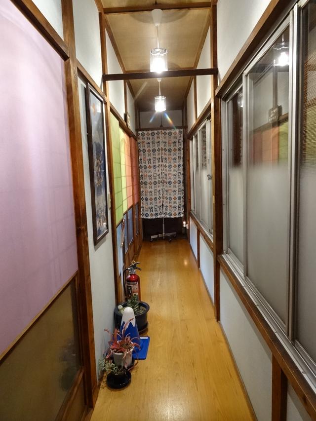 女性ドミトリー前の廊下。障子代わりにカラフルなペーパーが貼られていてかわいい