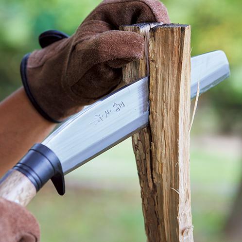 両刃だから刃がまっすぐ食い込む。薪の両側に均等に力がかかるため割りやすい。