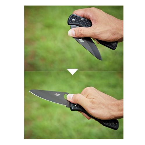 親指を穴にかけて(上)、 円をかくようにスライドさせると刃をひらける(下)。