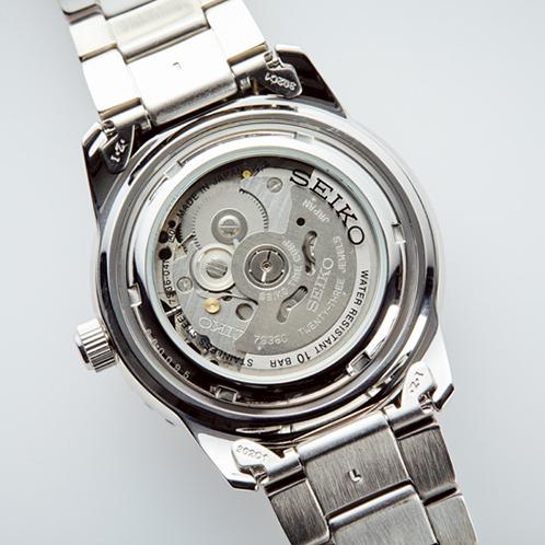 ケースバックはシースルー仕様なので、機械式時計特有のチクタクする動きを目でも楽しめる。