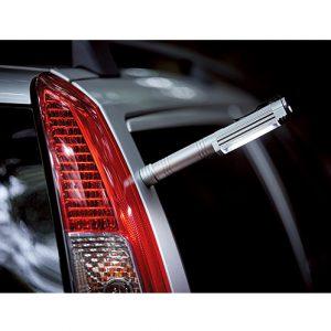車の側面にぴたっと垂直にくっつく。トランクや車の中で荷物を探すときに便利。