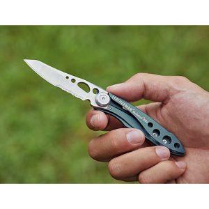 収納するときは、刃の付け根のストッパー(中指でおさえている部分)を押せば折りたためる。