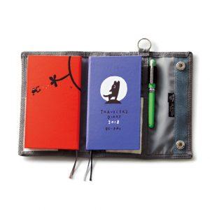 本誌付録の特製トラベラーズダイアリーと、同サイズのノートが収納できる。用途により使い分けると便利。