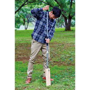 薪の上にシャカシャカの刃を乗せて、上部の取っ手を上下させるだけでカンタン薪割り。