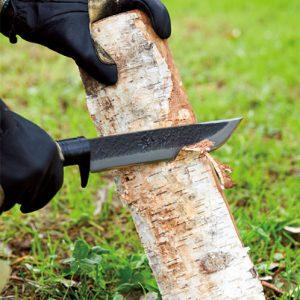 刀の先端が尖っているが刃厚があるので鉈の機能も有している。両刃だから、利き手を問わない。