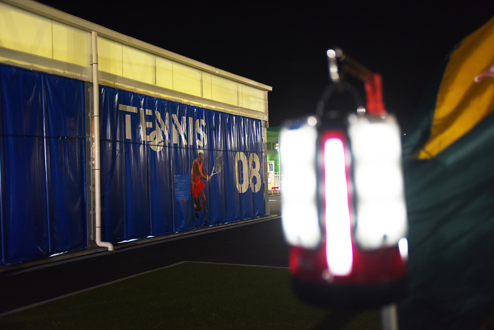 テニスコート脇