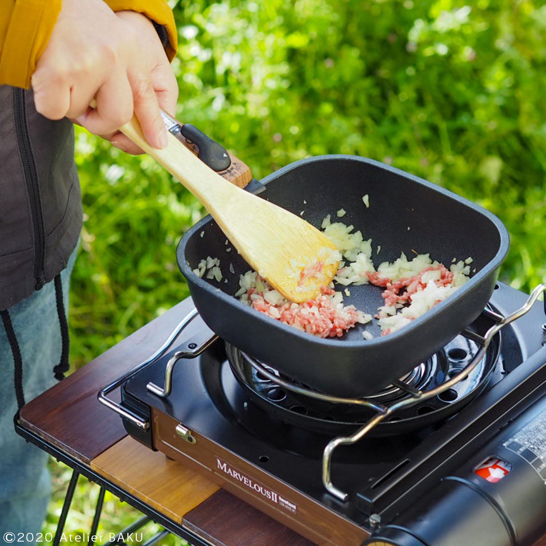 玉ねぎとひき肉を炒める