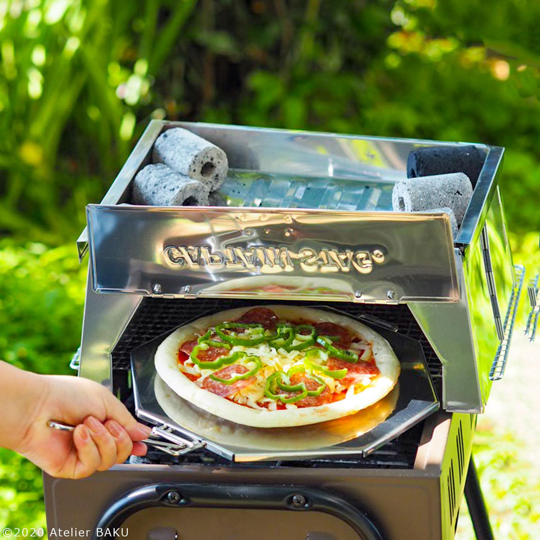 ピザを釜に入れる