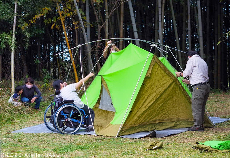 みんなでテントを組み立てる