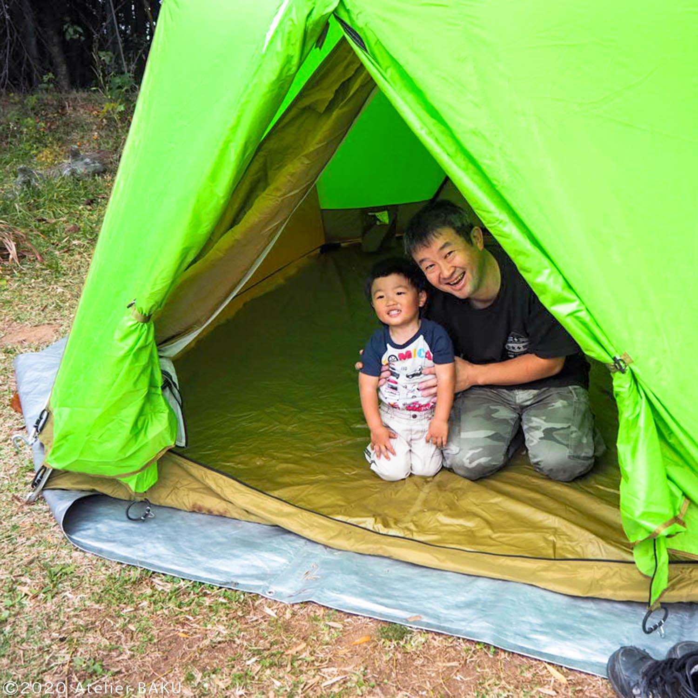 テントの中のまーくんとパパ