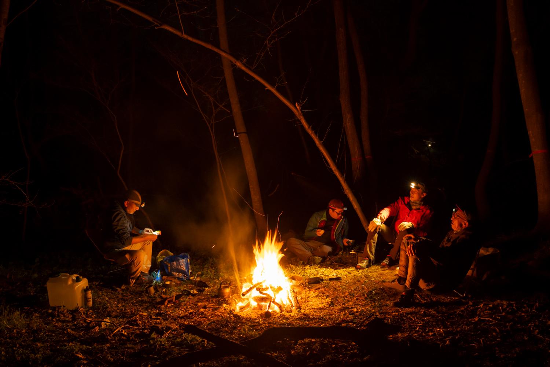 直火で焚き火を楽しむ参加者